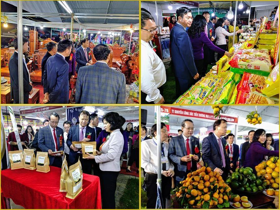 Các đồng chí lãnh đạo tỉnh và Bộ Công Thương thăm quan các gian hàng hội chợ